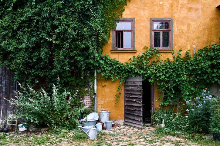 アンティーク雑貨を使ったヨーロッパ風の庭づくりにチャレンジ