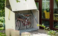 おしゃれな自転車置き場。一際シンプルなステンレス製駐輪スタンド。