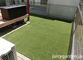 三方を囲まれた地面は人工芝